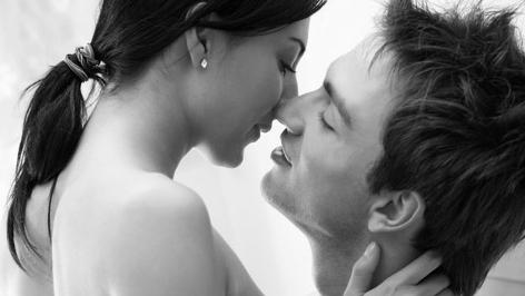 Ein junges Paar beim Küssen