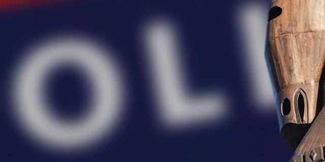 Trojanisches Pferd vor Logo der Polizei