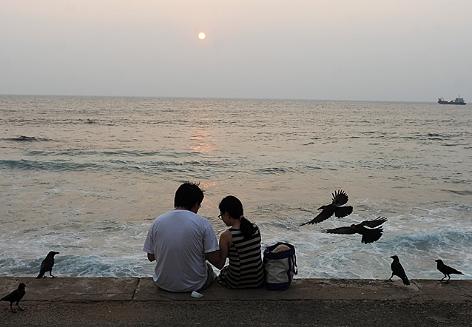 Touristen am Strand in Sri Lanka