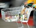 Ein Mann mit einem gefüllten Einkaufswagen mit Lebensmitteln