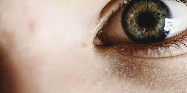 Ein grünes Auge in Großaufnahme