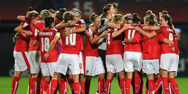 Die Österreichische Frauenmannschaft freut sich nach dem Sieg gegen Island
