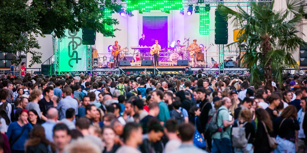 Der Nino aus Wien spielt am vollen Karlsplatz