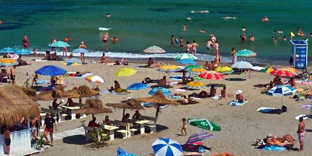 Strand mit vielen Menschen