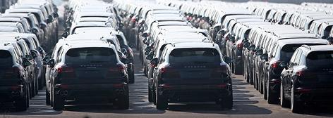 Neue Porsche Cayenne auf dem Fabriksgelände in Leipzig