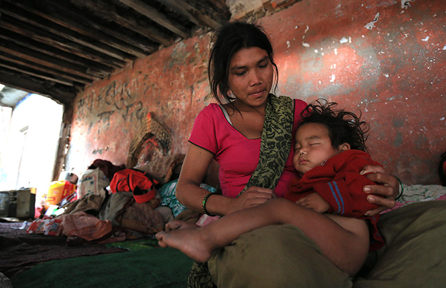 Nach dem Erdbeben: Frau aus Nepal hlät ihr Kind in Armen
