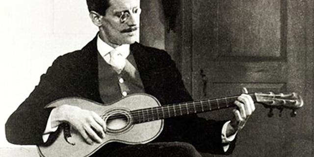 James Joyce spielt Gitarre (1915)