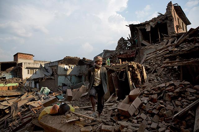 Nepal nach dem Beben: Mann steht zwischen den Trümmern eines Hauses