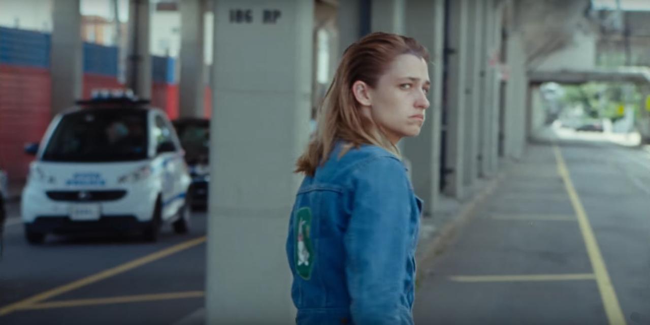 Traurig dreinblickende Person auf einer Straße