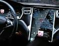Tesla-Chef Elon Musk steht bei einer Präsentation in Dubai vor der Projektion des Cockpits eines Tesla S