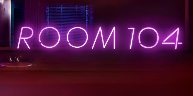 """Leuchtschrift """"Room 104"""""""