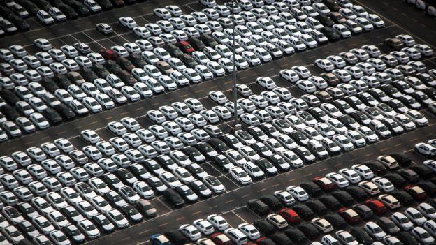 Viele weiße Autos auf Parkplatz