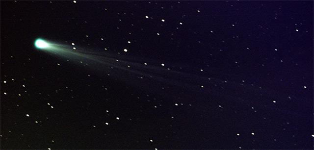 Komet am Sternenhimmel