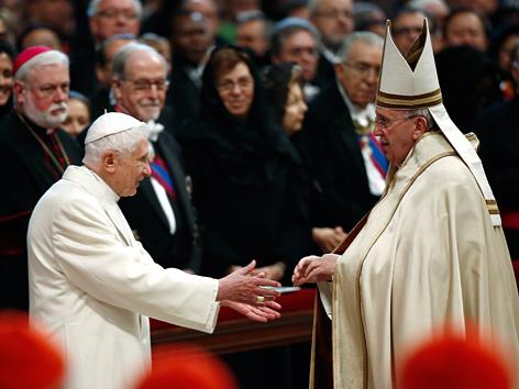Benedikt XVI. und Papst Franziskus im Februar 2015 bei einer Messe im St.-Petersdom