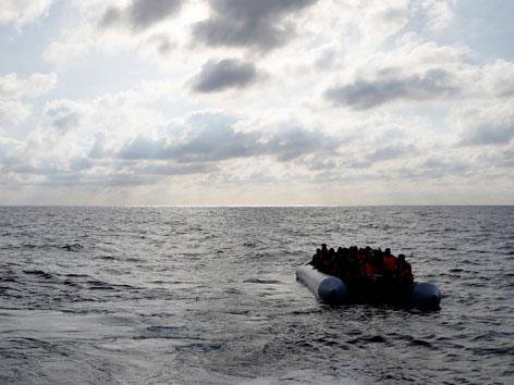 Boot voll Flüchtlinge im Mittelmeer