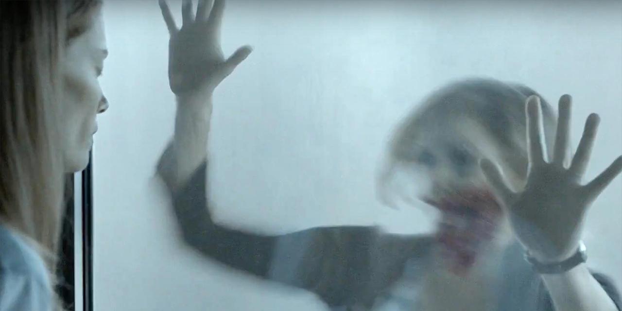 """Bild aus der Serie """"The Mist"""" - eine blutüberströmte Frau im Nebel"""