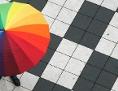 Bunter Regenschirm über Boden mit Schachbrettmuster