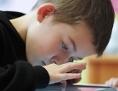 Volksschüler bedient eine Tablett