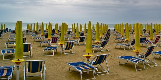 Leere Liegestühle am Strand