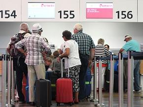 Passagiere beim Check-in für einen Air Berlin-Flug am Flughafen Wien-Schwechat