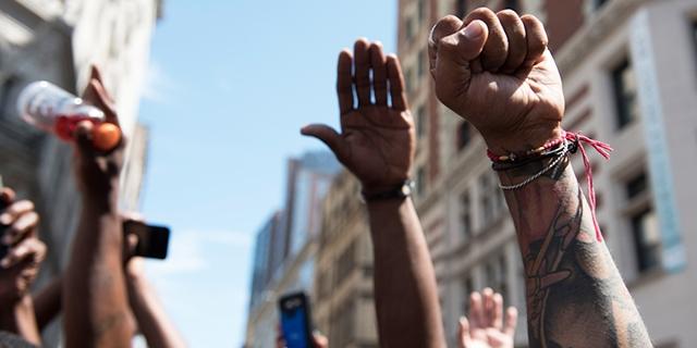 Hände von Demonstrant_innen in Boston