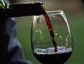 Ein Glas Rotwein wird eingeschenkt