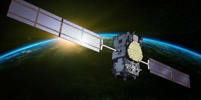 Satellit kreist über die Erde