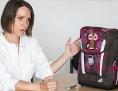 Oberärztin Dr.in Karin Riedl, Kinderorthopädin in Speising, erklärt die Voraussetzungen und Einstellungen von medizinisch empfohlenen Schultaschen