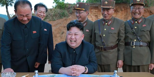 Nordkoreanische Militärs und Kim Yong Un