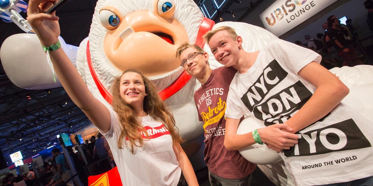 BesucherInnen auf der Gamescom 2017 beim Ubisoft-Stand