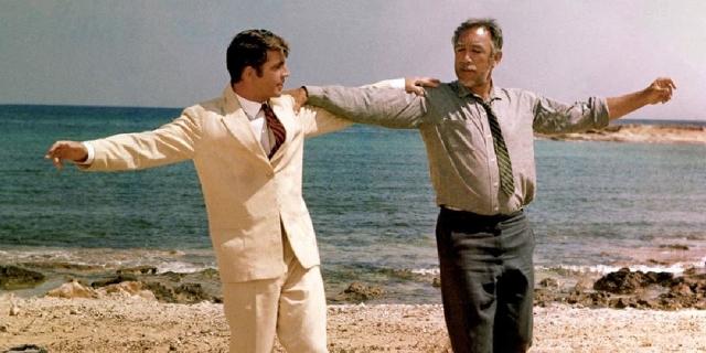 Alan Bates und Anthony Quinn tanzen am Strand