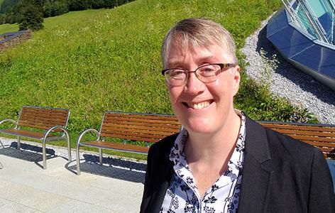 Die Informatikerin Joanna Bryson vor den Bergen beim Forum Alpbach