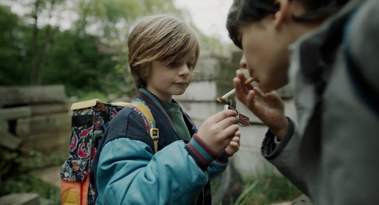 Filmstill aus: Die Beste Aller Welten: Kind gibt Feuer