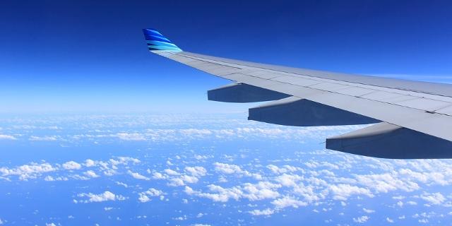 Flugzeugflügel und Wolken