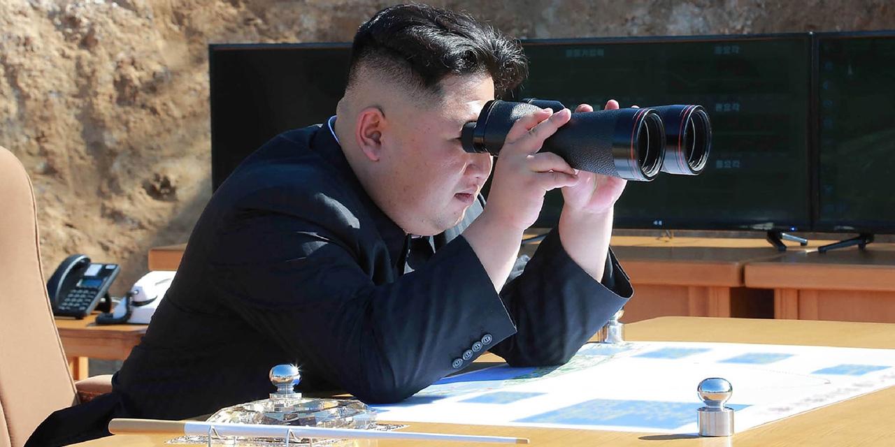 Kim Jong-Un schaut durch ein Fernglas