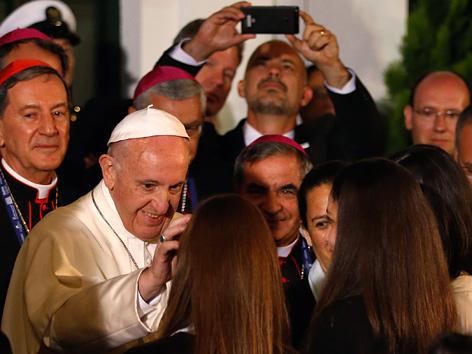 Papst Franziskus begrüßt Gläubige in der Nunziatur in Bogota