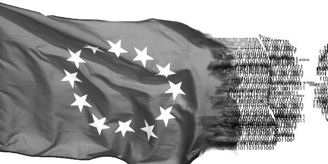 EU Flagge, die in Nullen und Einsen ausfranst