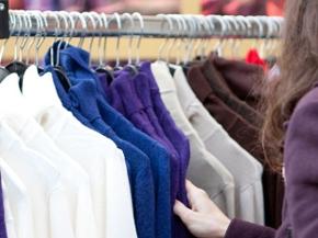 Pullover hängen im Geschäft