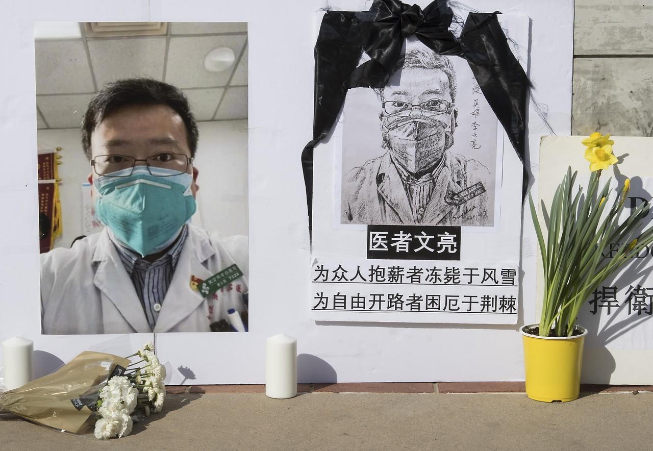 Monumento a Li Wenliang in un campus americano a metà febbraio