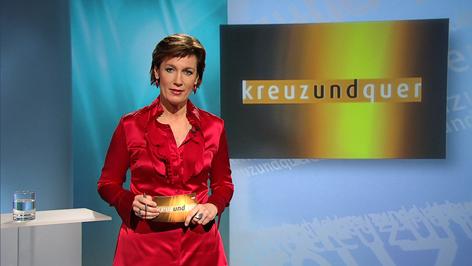 """Moderatorin Doris Appel im Studio von """"Kreuz und Quer"""""""