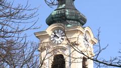 Kirchturm vor blauem Himmel