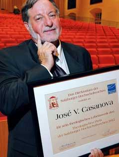 Jose Casanova in einem Hörsaal mit der ihm verliehenen Auszeichnung.