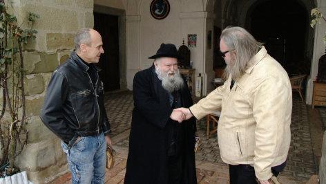 Im Bild: Die Künstler Jürgen Ramacher (re) und Christian Einfalt (li) mit Prof. Hermann Nitsch