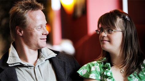 """Die Schauspieler Juliana Goetze und Mario Gaulke, die beide das Down-Syndrom haben, präsentieren  ihren Filme """"Liebe und so Sachen ...""""."""