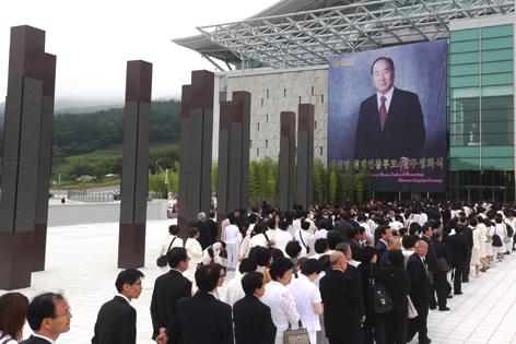 Mitglieder der Vereinigungsbewegung bei Trauerfeier für Sun Myung Moon