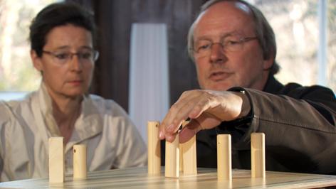 Kurt Langbein mit Caroline Kunz bei einer Aufstellung im Rahmen einer onkologischen Psychotherapie