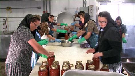 Im Bild: Frauen beim Einkochen.