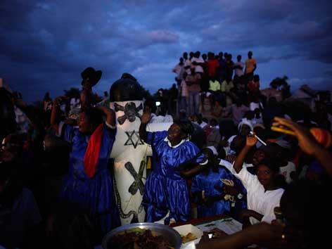 Eine Voodoo-Zeremonie auf einem Friedhof in Haiti