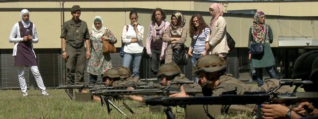 Muslimische Mädchen zu Besuch beim Bundesheer
