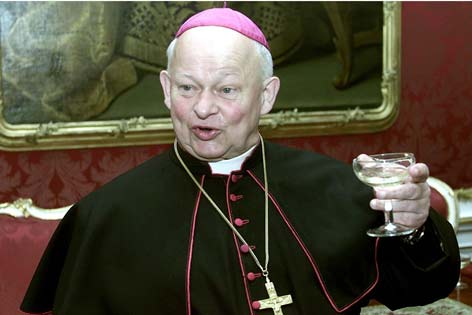 Bischof Kurt Krenn 2001 mit Weinglas in der Hand